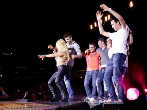 Shakira e a rapaziada do Barça rebolando. Fonte: caras.com.br